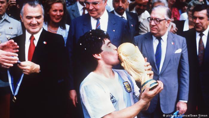 Argentiniens Superstar Diego Maradona küsst den Weltpokal nach dem WM-Finale 1986 (Foto: picture-alliance/Sven Simon)
