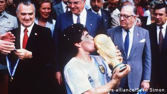 Υπό το βλέμμα του Χέλμουτ Κολ ο Μαραντόνα γιορτάζει την κατάκτηση του Παγκοσμίου Κυπέλου το 1986, μετά τη νίκη της Αργεντινής επί της Γερμανίας με 3-2