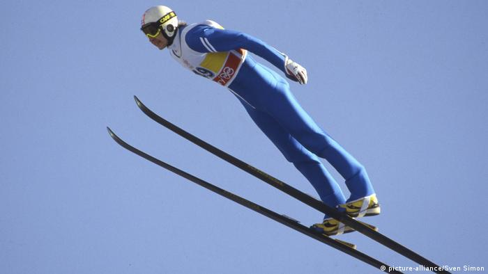 Matti Nykänen jumping towards gold at the 1988 Calgary Winter Olympics (Photo: picture-alliance/Sven Simon)