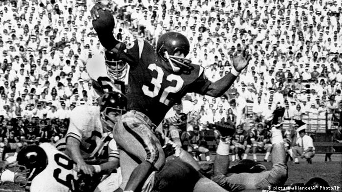 In this Nov. 9, 1968 file photo, Southern California's O.J. Simpson (32) runs against California during a college football game in Los Angeles. Simpson won the Heisman Trophy at Southern California in 1968. (AP Photo/HF, File)