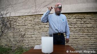 Roberto Astete demuestra que el agua se puede beber.