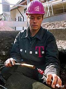 Mitarbeiter der Telekom mit Kabel
