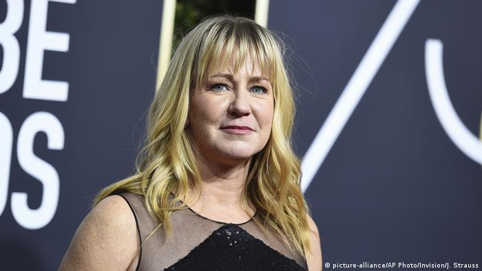 Tonya Harding steht vor dem Beverly Hilton Hotel in Los Angeles, in dem die Verleihung der Golden Globes 2018 stattfindet (Foto: picture-alliance/AP Photo/Invision/J. Strauss)
