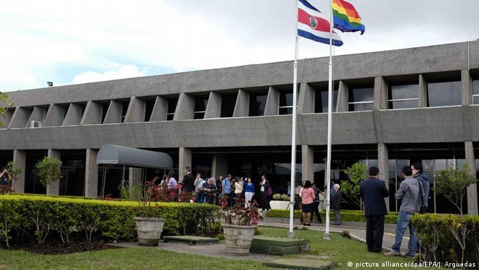 La Casa Presidencial es residencia y oficina del Presidente, así como sede de varios ministerios. Se encuentra en el distrito de Zapote, cantón de San José. Desde 1980 la Casa Presidencial se encuentra en el edificio de Zapote, estructura diseñada por el arquitecto mexicano Pedro Ramírez Vázquez.