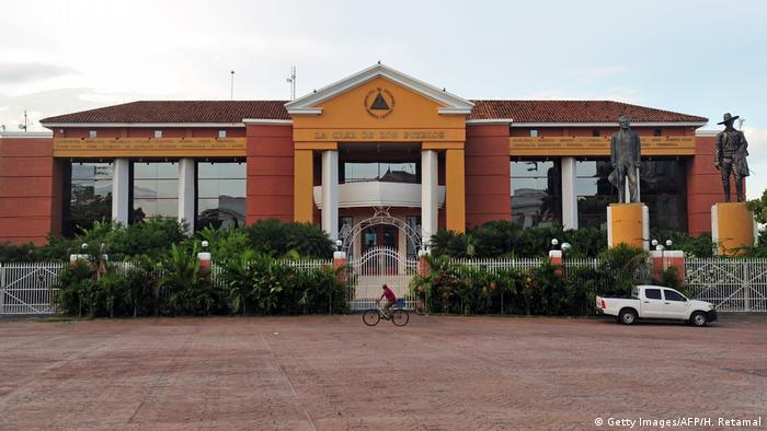 """La Casa de los Pueblos, llamada """"Casa Naranja"""", también es conocida como 'Casa Mamón' y fue la residencia y sede de la presidencia de Nicaragua entre 1999 y 2007. Se encuentra ubicada en el centro histórico de Managua. Desde el ascenso a la presidencia de Daniel Ortega funciona como sede del Gobierno y es utilizada, por lo general, para ceremonias importantes o visitas de Estado."""