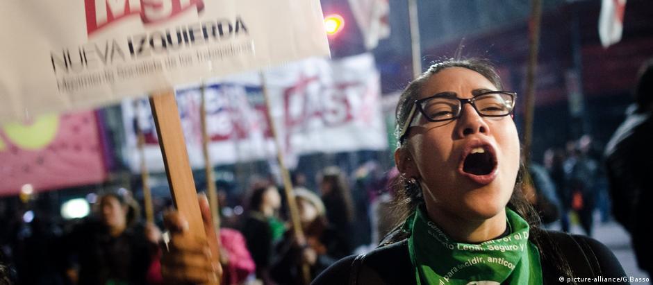 Manifestante pró-aborto em Buenos Aires