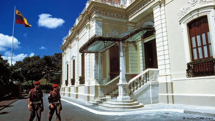 """La sede del Gobierno es una construcción neoclásica que está cerca del Palacio Federal Legislativo. Su construcción se inició en 1884, bajo la dirección de Giussepe Orsi de Mombello, siendo presidente Joaquín Crespo (1884-1886). La residencia del Presidente se encuentra fuera de Miraflores, en """"La Casona"""", en Santa Cecilia, aunque Nicolás Maduro vive dentro del Fuerte Tiuna, por seguridad."""