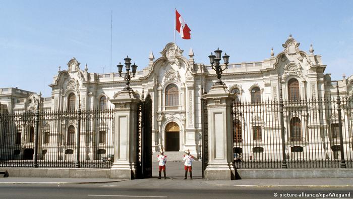 """Casa de Gobierno, o """"Casa de Pizarro"""", es la sede principal del poder ejecutivo y la residencia oficial del Presidente. Se encuentra en la Plaza Mayor del centro histórico de Lima, a orillas del río Rímac. Su fachada es de estilo neobarroco de inspiración francesa. Su primera versión la mandó a construir el fundador español de Lima, Francisco Pizarro, en 1536."""