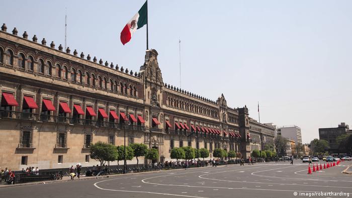 El Palacio Nacional es la sede del Poder Ejecutivo Federal de México. Ubicado al oriente de la Plaza de la Constitución en el Centro Histórico de la Ciudad de México, en la Delegación Cuauhtémoc. La fachada tiene portal, arcos y balcones, y en el centro el Escudo Nacional y una réplica de la campana de Dolores. La Residencia Oficial de los Pinos es la casa temporal del Presidente.