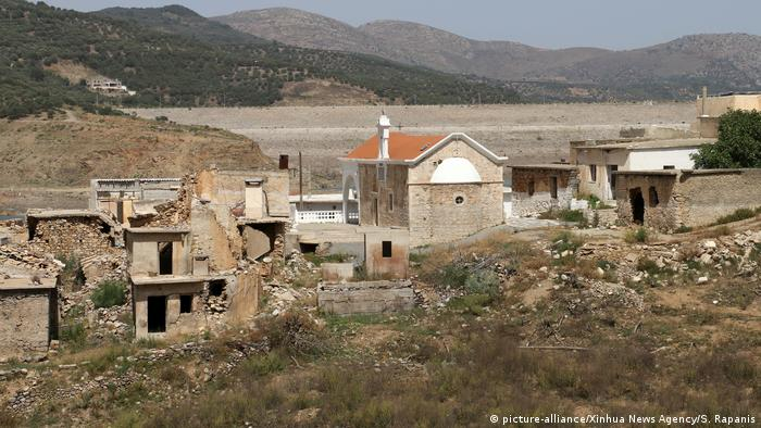 A previously submerged village now exposed in Crete (picture-alliance/Xinhua News Agency/S. Rapanis)