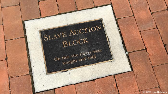 Memorial to slave auction block (DW/A. von Nahmen)