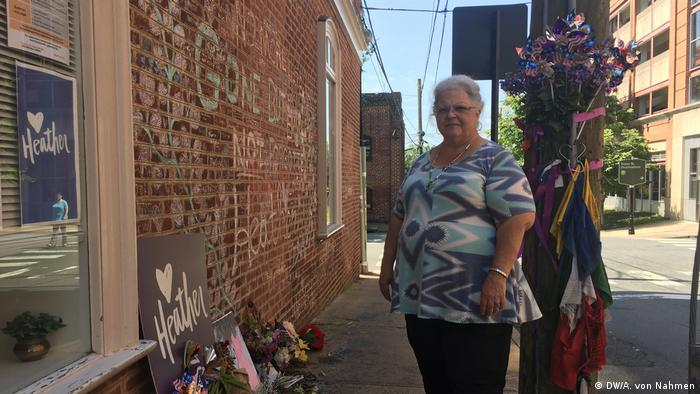 Heather Heyer's mother, Susan Bro, standing next to flowers for her daughter (DW/A. von Nahmen)