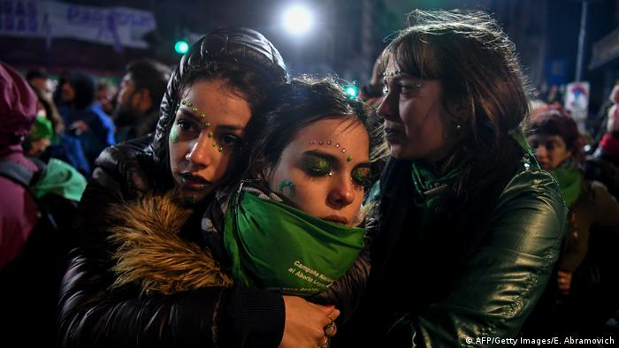 Pro-abortion demonstrators after the Argentine senate voted against legalizing abortion (AFP/Getty Images/E. Abramovich)