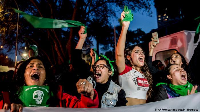 Protest vor argentinischer Botschaft in Chile für die Entkriminalisierung von Abtreibung