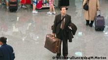Tom Hanks in der Rolle von Victor Navorski steht in einer Szene des neuen Kinofilms The Terminal nach seiner Ankunft im New Yorker Kennedy Flughafen (undatiertes Foto). Als der Ost-Europäer Narvoksi in die USA einreisen will, erwartet ihn am Flughafen eine böse Überraschung: In seiner Heimat ist inzwischen ein Krieg ausgebrochen. Sein Pass und alle Papiere sind ungültig und ihm wird die Einreise in die Vereinigten Staaten verweigert. So sitzt Victor am New Yorker Terminal fest und muss sich gedulden, bis der Krieg in seinem Land vorüber ist. Tage, Wochen, Monate vergehen und im Mikrokosmos Terminal freundet sich Victor nicht nur mit dem Flughafenpersonal an. Er verliebt sich auch unsterblich in die hinreißende Flugbegleiterin Amelia. Der Film kommt am 07.10.2004 in die Kinos. Foto: Merrick Morton (ACHTUNG: Verwendung nur für redaktionelle Zwecke im Zusammenhang mit der Berichterstattung über diesen Film! ) |