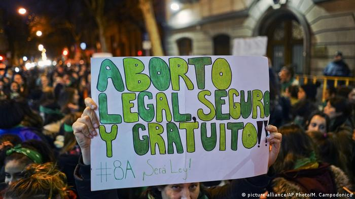 Demonstrators in support of decriminalizing abortion
