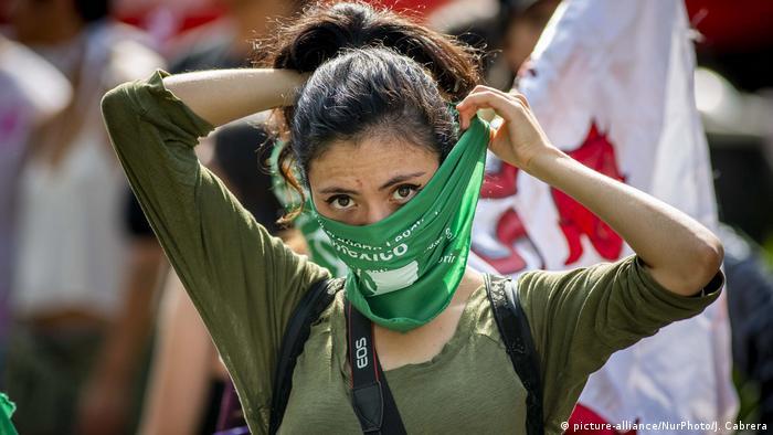 Foto de una mujer con una pañoleta verde en México