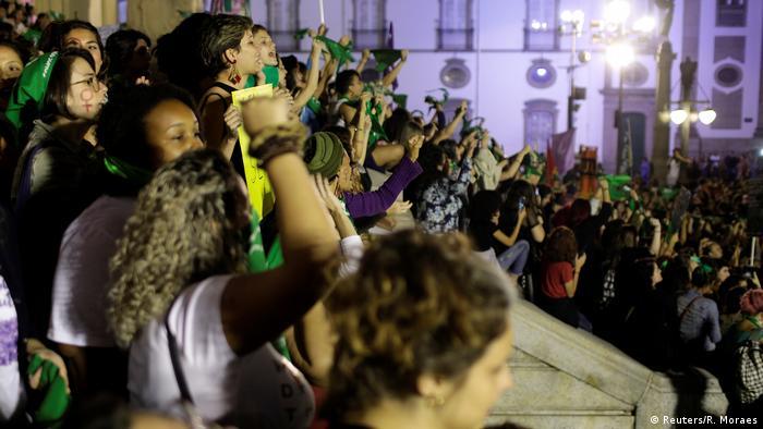 Mulheres fazem protesto contra a proibição do aborto no Rio de Janeiro