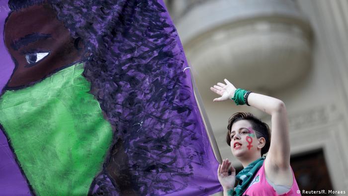 Manifestante em ato pró-aborto no Rio de Janeiro