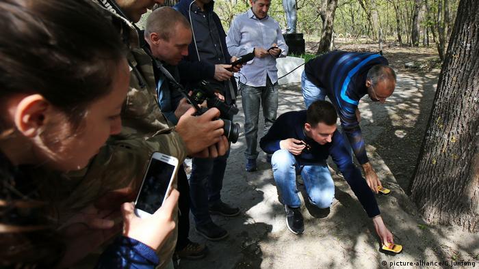 Туристы измеряют уровень радиации