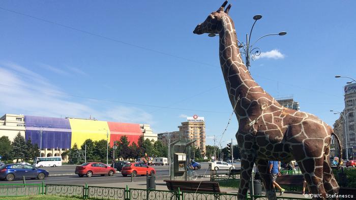 Rumänien Giraffen-Figur am Platz vor dem Regierungsgebäude