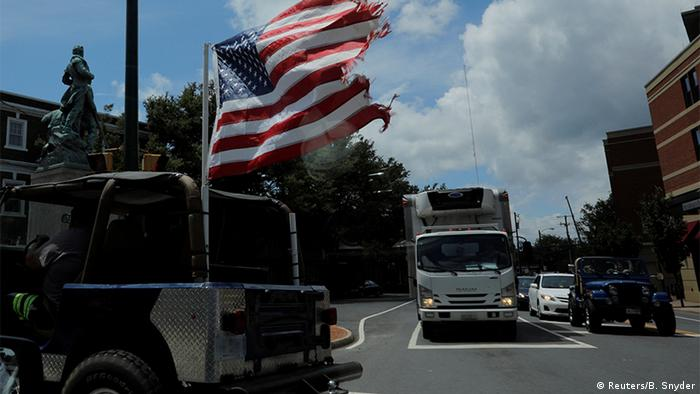 USA Flagge an Jeep in Charlottesville (Reuters/B. Snyder)