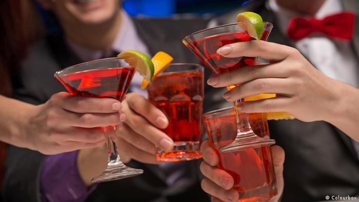 Symbolbild Hände mit Getränken, (Colourbox)