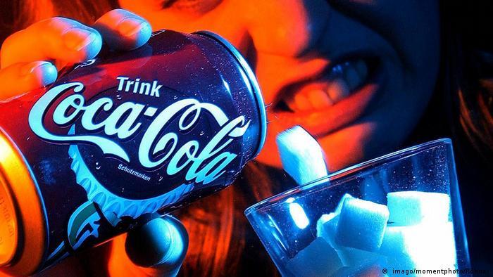 La publicidad induce a pensar a los niños que es bueno que consuman refrescos.