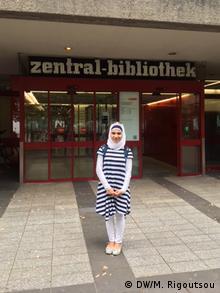 Η Άμαρ έξω από την δημοτική βιβλιοθήκη της Κολωνίας