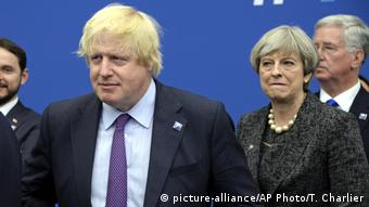 UK Boris Johnson und Theresa May (picture-alliance/AP Photo/T. Charlier)