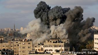 Εικόνα από τον χθεσινό ισραηλινό βομβαρδισμό κτηρίου στην πόλη της Γάζας