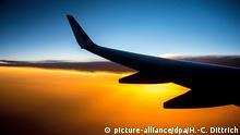 Symbolbild Flugzeug Sonnenuntergang