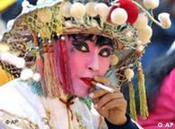 一位中国戏曲演员在演出间隙抽支烟