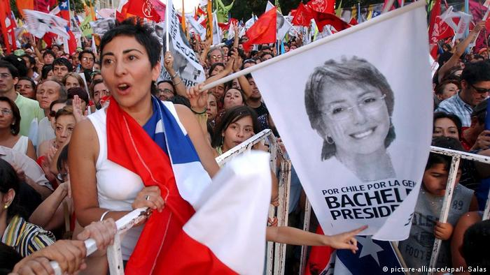 Chile: Supporters of Michelle Bachelet celebrate her election victory in 2006 (picture-alliance/epa/I. Salas)