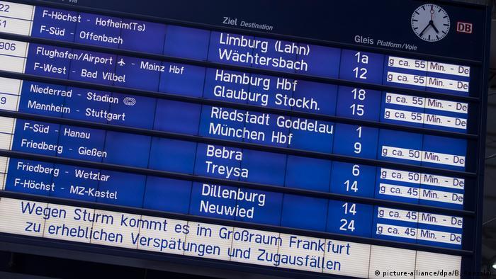 Oglas na željezničkoj postaji o kašnjenjima vlakova
