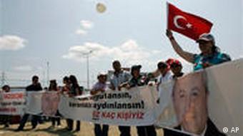 جولای ۲۰۰۹: مخالفان دستگیریهایی که در رابطه با گروه ارگنکون صورت گرفتهاند، جلوی زندان سیلیوری تظاهرات میکنند