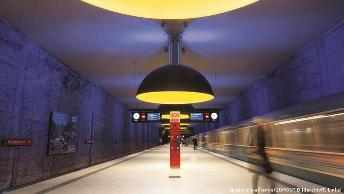 Track of an underground station above which half round lamps are hanging down (Photo: picture-alliance/DUMONT Bildarchiv/T. Linkel).