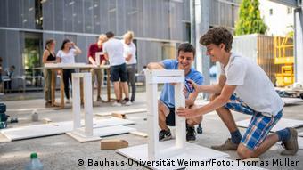 Studierende werkeln im Freien vor der Universität an Modellbauten zum Porjekt Bauhaus.Oasen 2.0 Bauhaus Universität Weimar