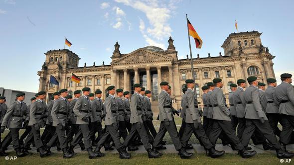 Солдаты бундесвера приносят приягу перед Рейхстагом