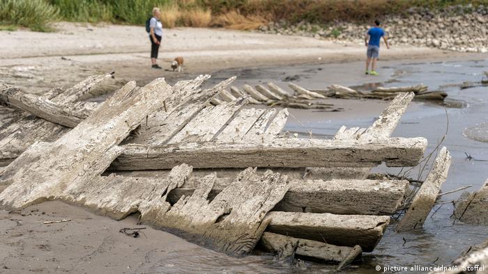 Restos de antigos naufrágios no rio Reno