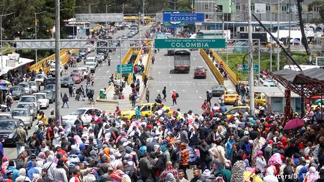 A street on the border between Colombia and Ecuador is filled with people (Reuters/D. Tapia)