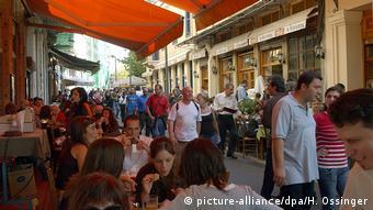 Οι Έλληνες θα πληρώνουν λιγότερο ΦΠΑ όταν θα επισκέπτονται ένα εστιατόριο, αναφέρει ο γερμανικός Τύπος.