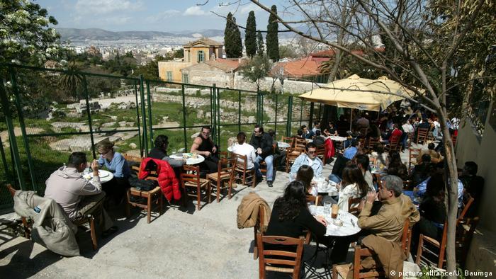 Straßencafe in Athen mit Blick auf Ruinen (Foto: picture-alliance/U. Baumga)