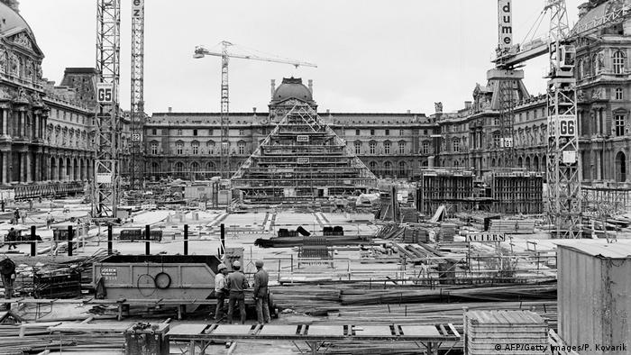 Construction of the Louvre pyramid