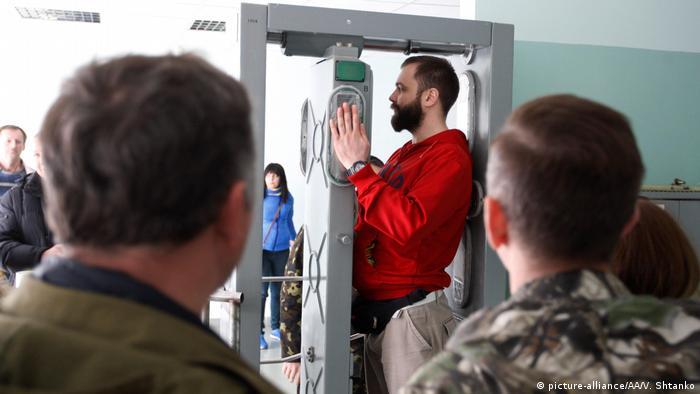 Туристы проходят радиологический контроль