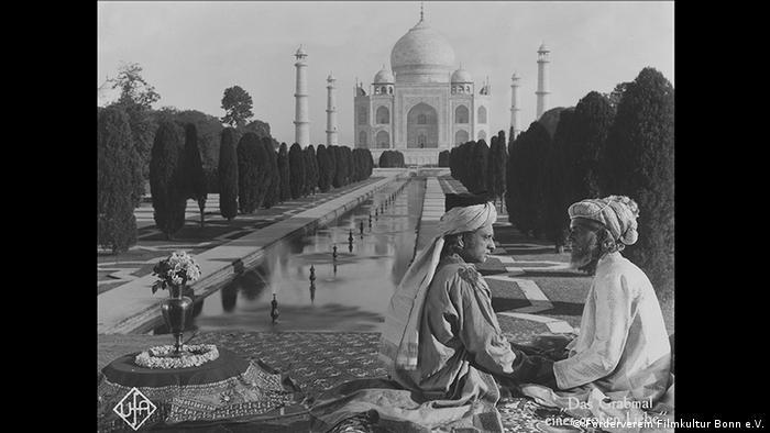 Film still people tin in front of Taj Mahal (Förderverein Filmkultur Bonn e.V.)