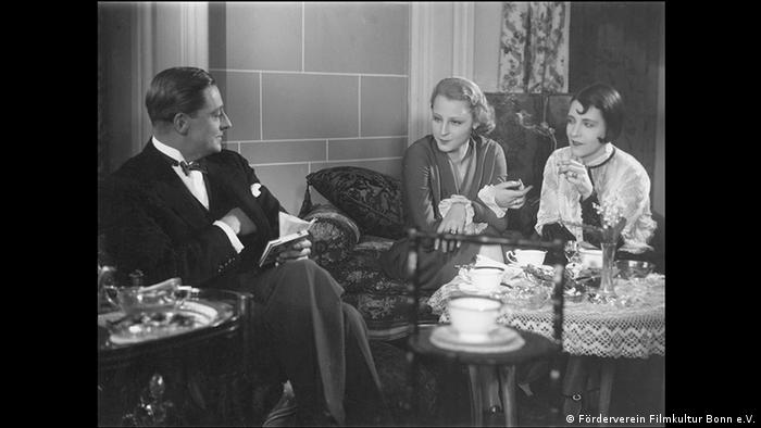 film still the Devious Path, two women and a man sitting at a table (Förderverein Filmkultur Bonn e.V.)