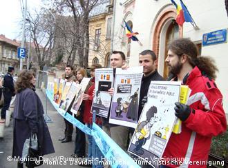 Demonstranten stehen mit Plakaten vor einem Gebäude (Foto: Monica David/Rumänische Humanistische Vereinigung)