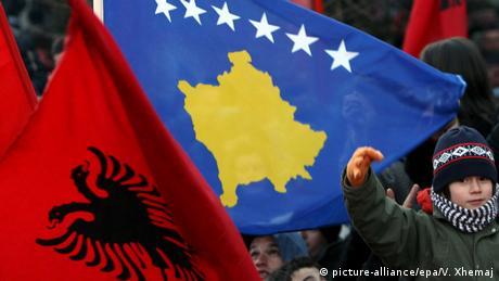 Flaggen von Albanien und Kosovo