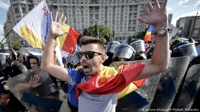 Rumänien Bukarest Proteste gegen die Regierung (picture-alliance/AP Photo/A. Alexandru)